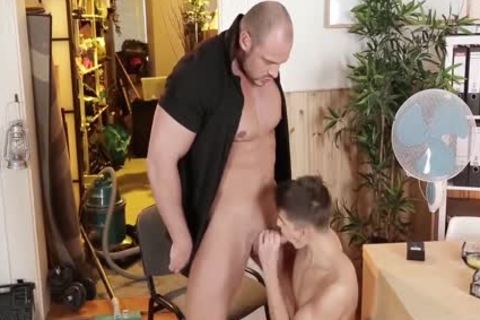 attractive Bodybuilder And His Real dildo